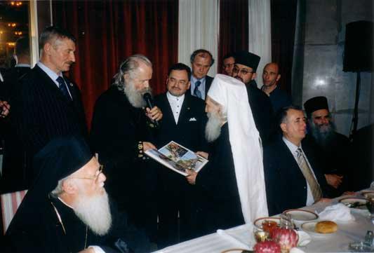 Глава СПХ/СПБ Л.Д. Симнович-Никшич вручает Святейшему Патриарху Сербскому Павлу альбом с фотографиями Крестных ходов Союза