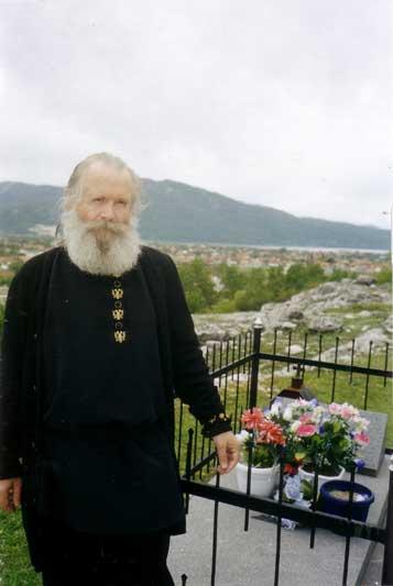 У могилы предков на горе Требице
