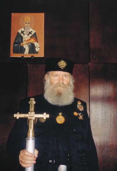 Глава Союза Православных Хоругвеносцев с Крестом, сделанным его родственниками Бошко Вуйачичем и Маринко Марковичем